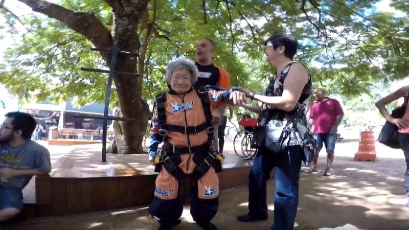 Yukiko - Senhora de 102 anos salta de paraquedas