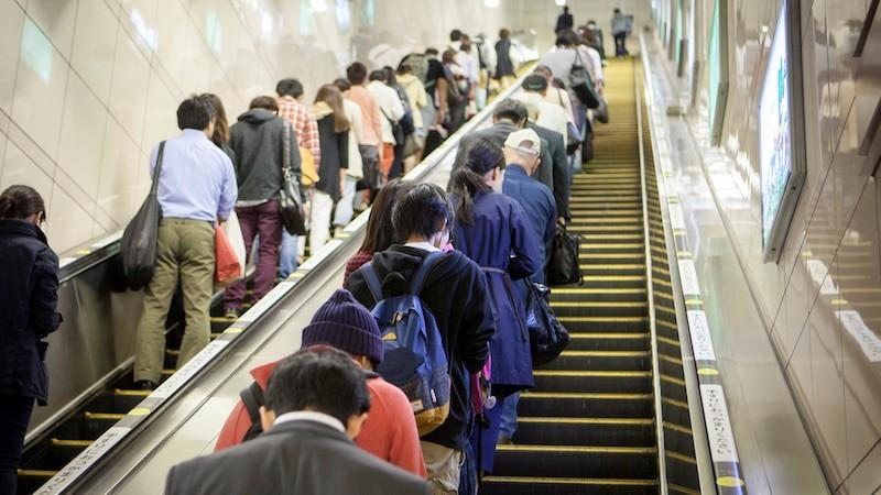 Por que o Japão usa mão Inglesa? Dirige pela Esquerda? - escada rolante 5