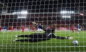 Everton's Gylfi Sigurdsson scores. Reuters.