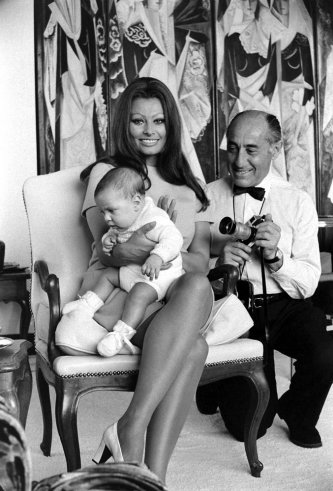 Sophia-Loren-holds-her-newborn-son-Carlo-Ponti-Jr.-in-the-bedroom-of-her-Italian-villa-as-Alfred-Eisenstaedt-crouches-beside-her-1969