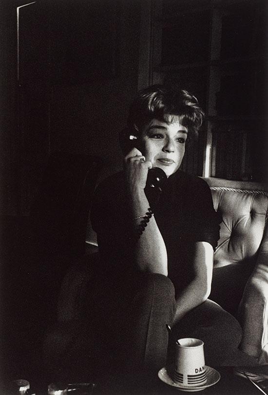 Simone_Signoret_on_the_telephone_Paris_1963