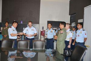 Komandan Lanud Adisutjipto Marsma TNI Ir Novyan Samyoga, MM saat memberikan penjelasan Kasau Australia dan rombongan, di Lanud Adisutjipto. (dok. Lanud Adisutjipto)