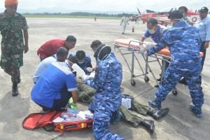 Pilot Pesawat KT 1 Woong Bee mendapat pertolongan dari Tim Penanggulangan Kecelakaaan Lanud Adi Sutjipto dalam simulasi upaya evakuasi kecelakaan pesawat diRun Way Lanud Adi Sutjipto Yogyakarta (Dok. Pentak Adisutjipto)