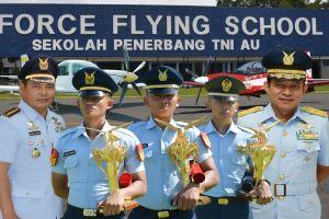 Tiga lulusan terbaik sekbang A-90/PSDP A-29, saat menerima tropy usai gladi bersih, didampingi  Komandan Lanud Adisutjipto Marsma TNI Ir. Novyan Samyoga, MM. dan Komandan PSDP Kolonel Pnb. Basuki Rahmat, di lapangan jupiter. (Dok. Pentak Lanud Adisutjipto)