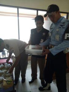 Anggota Satpomau ketika menunjukkan barang bukti satwa, pada saat pemeriksaan di Bandara Adisutjipto