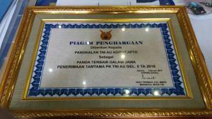 Piagam penghargaan yang diberikan kepada Lanud Adisutjipto, sebagai panda terbaik penerimaan Tamtama PK TNI  AU, Gelombang II TA. 2016. (Dok. Pentak Lanud Adisutjipto)