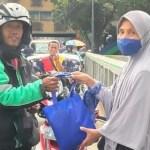5 Fotret Korban First Travel Bagikan Sembako Dampak Covid-19