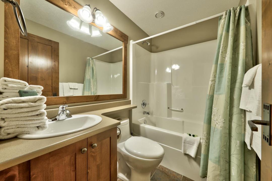 Trapper's Landing 2 Bedroom + Den Unit #7 BATH