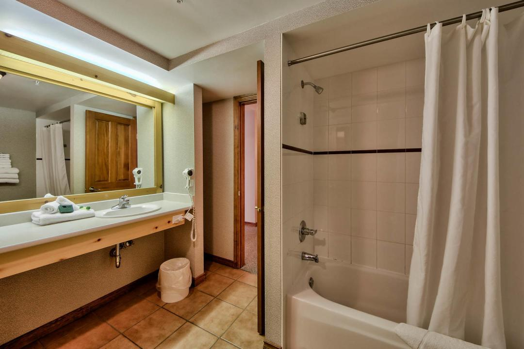 Hearthstone Lodge Studio Family Suite BATH