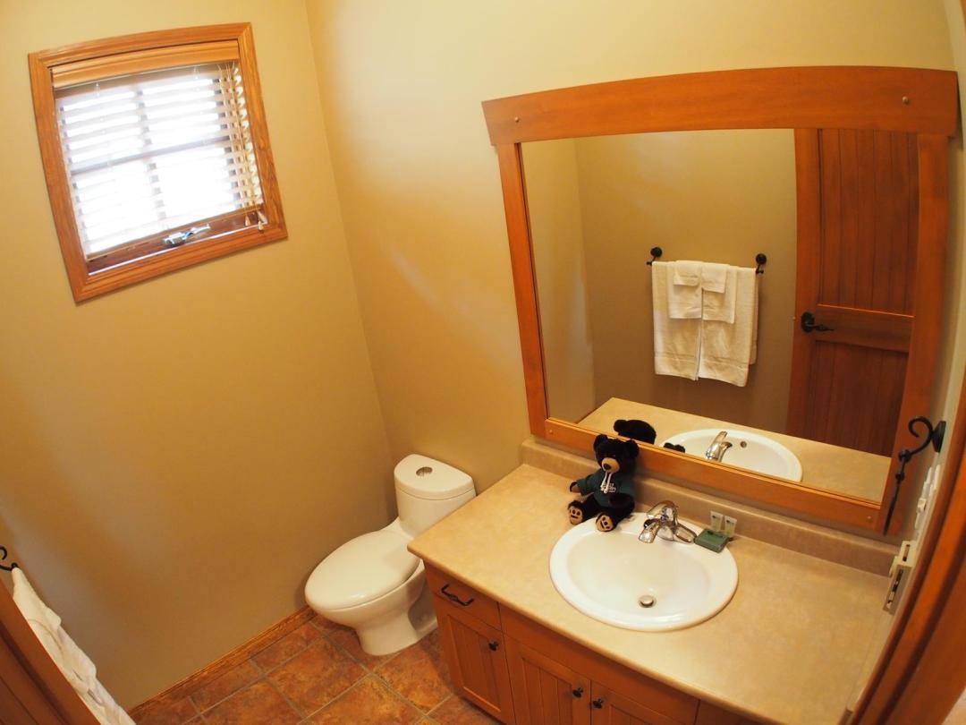 Trail's Edge 2 Bedroom + Den Unit #17 BATH