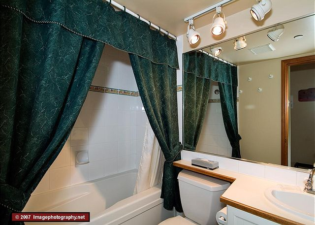 Whistler Accommodation Aspens on Blackcomb 355 Bathroom