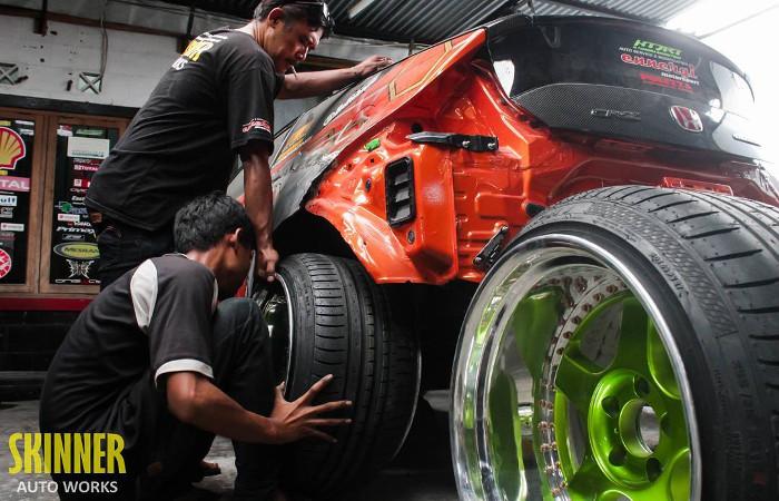 Custom Works , pengerjaan modifikasi mobil dari fitting body dan velg sampai ke pengecatan dan mesin