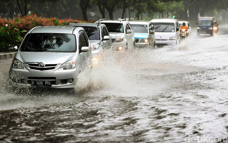 Mobil di Tengah Banjir, sumber : detikOto
