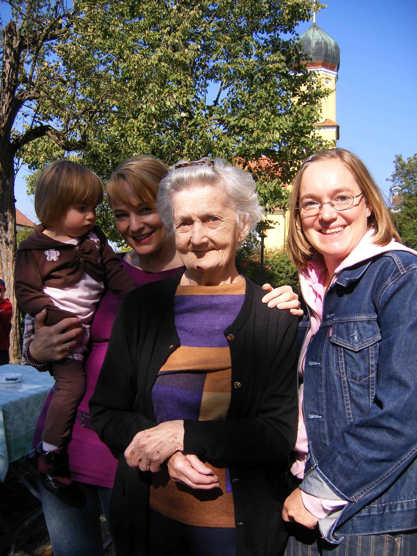 Emely, Andie, Oma, Biene