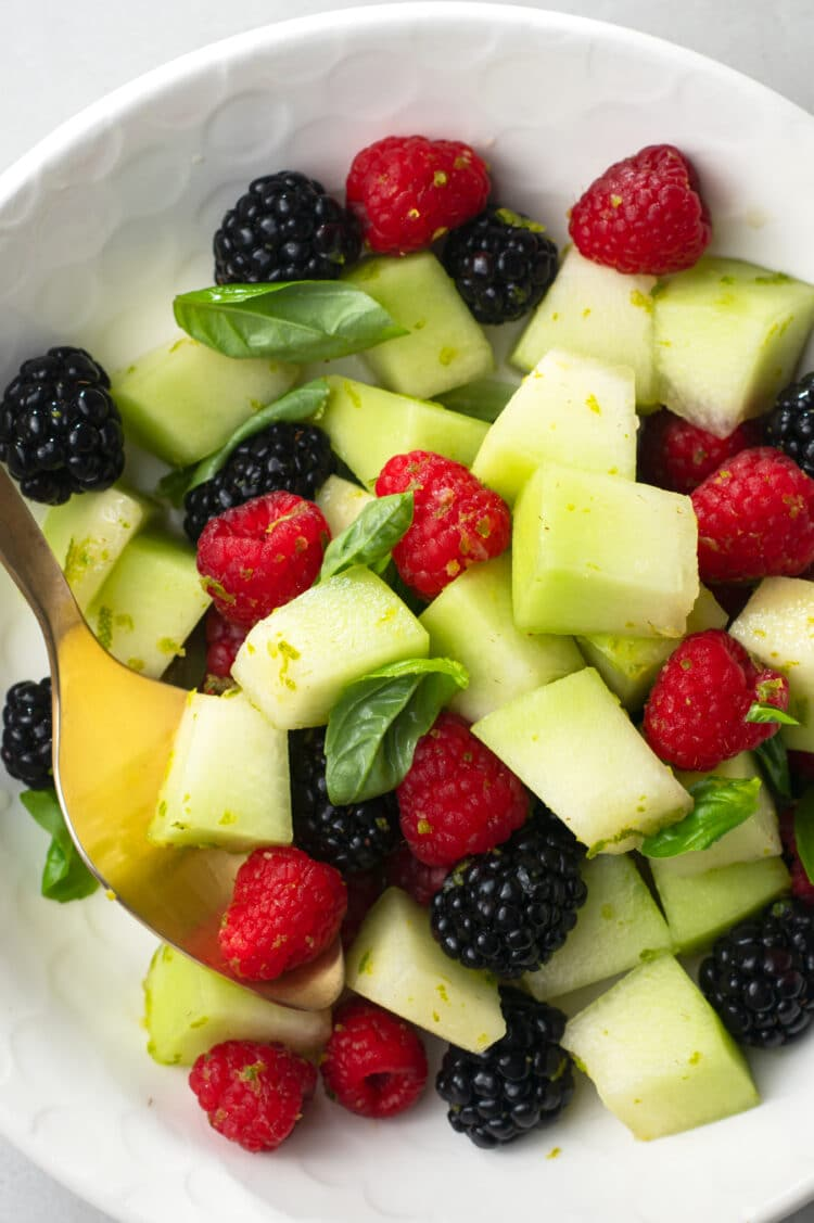 This sweet, low-calorie fruit salad is ideal for satisfying food cravings in a healthy way!