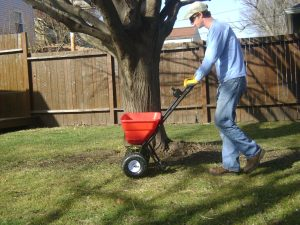 Lawn-Lawncare-Grass-Fertilizer-Fertilizing-Sklawn-Aeration3