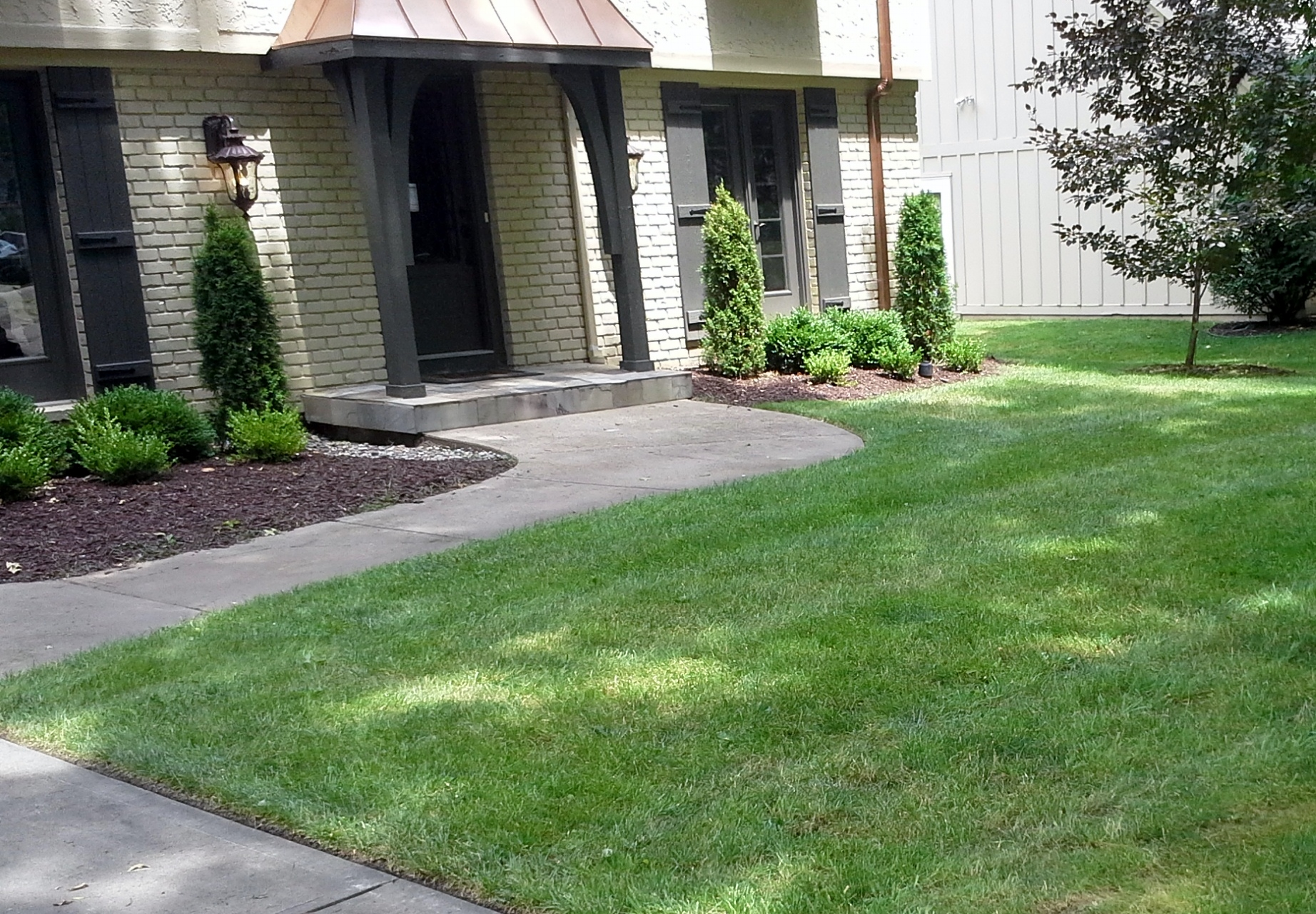 Bed maintenance mulching in kansas city sk lawn and for Garden care maintenance