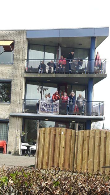 Bewoners op balkon aan genieten draaiorgel 3-130402020