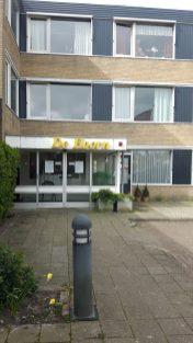 bewoners de Hoorn genieten van draaiorgel 1 13-04-2020