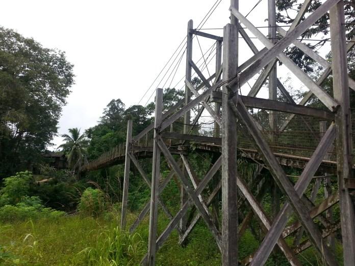 Sampai di jambatan ini, guru-guru perlu bejalan kaki selama 10 minit ke sekolah