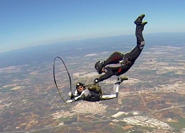 skok spadochronowy z hulahop