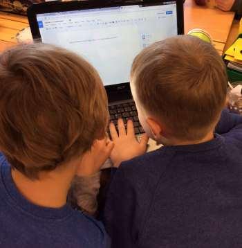 Klassen lånar in datorer från andra klasser för att det ska räcka