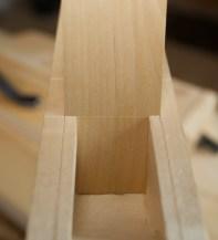 Kilen er sett i etter justering. Her er rissen for utmålinga kome akkurat ned til inngangen av kilegangen. Merkinga var med andre ord ganske presis. No merkar eg på for utsaging av åping for sponrommet. Foto: Roald Renmælmo
