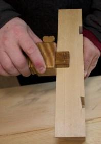 Rundinga av kantane har ei markert avslutning eit stykke ned på sida. Denne markeringa er gjort med ripmot frå undersida. Foto: Roald Renmælmo