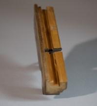 Undersida av fjørhøvelen på førre bilete. Høvelen høvlar ei fjør som er 9 mm brei og er 9 mm frå kanten. Foto: Roald Renmælmo