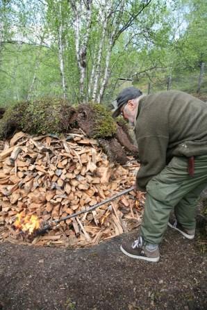 Sverre tenner på mila nederst. legg merke til at torva ligger klar i rullar på toppen så det skal gå raskt å rulle dei ned. Foto: Roald Renmælmo