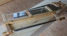 Ei fintanna (6-10 tpi) sag med tverrvedtanning er fint å ha for å kappe borda nøyaktig etter strek. Saga kan vere ei grindsag eller ei stikksag. Foto: Roald Renmælmo