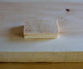 Eg lagar til ein trebit som er tjukk nok til å fylle holet etter kvisten og stor nok til å dekke holet. Kvalitet og årringgmønster kan gjerne vere tilsvarande som bordet. Foto: Roald Renmælmo