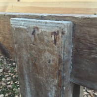 Skottbenken har flott dekor på fleire av delane. Her er det høvla ei profil på kanten av den eine foten. Foto: Roald Renmælmo