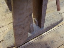 "Fotplata er kring 29"" lang og gjer benken stødig i bruk. Foto: Roald Renmælmo"