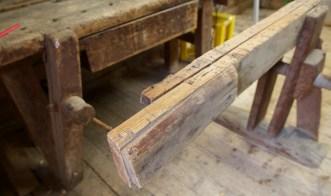 Begge langborda er skøytte for å få benken litt lengre. Til venstre kan vi skimte ein spennande høvelbenk med fottang (legvise på engelsk) som er sjeldan å finne. Foto: Roald Renmælmo