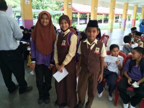 4A, 1B - dari kiri Nurin Syuhadah, Nurul Zuriati dan Amin.