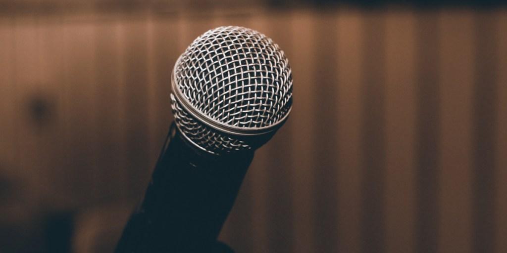 En standup-komikers råd om hvordan holde en morsommere tale