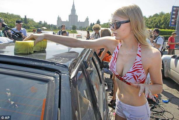 девушка в бикини моет автомобиль