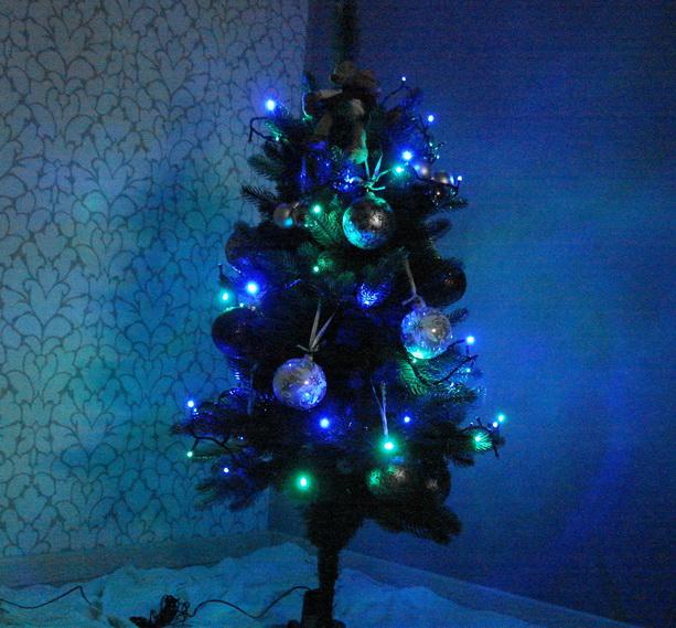 новогодняя елка в темноте