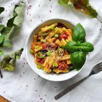 Makaron casarecce z pieczonymi pomidorami, pieczonym czosnkiem, chili i bazylią