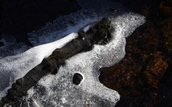 Berggrunden i Girabäcken är sandsten som tidigare bröts och användes som fasadsten. Spår av brytningen finns fortfarande kvar.