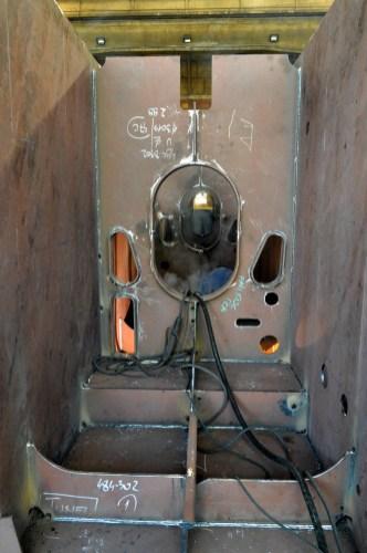 Montaža i zavarivanje polusekcija grupe 302 za Novogradnju 484 na liniji montaže u Brodosplitovoj brodoobradnoj radionici