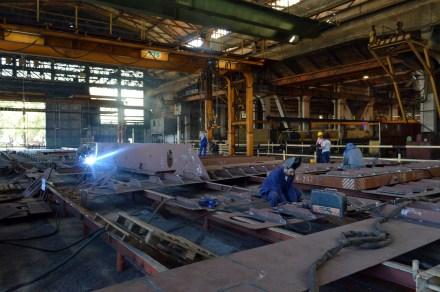 Montaža i zavarivanje polusekcija grupe 303 za Novogradnju 484 na liniji montaže u Brodosplitovoj brodoobradnoj radionici