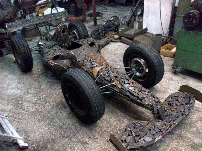 Bolid Formula 1, skulptura od metalnog otpada