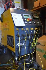 Uređaji za elektrootporno zagrijavanje tipa ARES R6 B70 - MSA80, sa 6 neovisnih izlaza i 6 mjernih termoparova, nabavljeni za potrebe predgrijavanja materijala prije i za vrijeme zavarivanja te za naknadno provođenje postupka žarenje radi otpuštanja unutarnjih napetosti nakon zavarivanja na elementima ustava (brane) čije su debljine veće od 40mm. Raspon dizanja i održavanja temperature je od 0 -1000 stupnjeva Celzijusa.