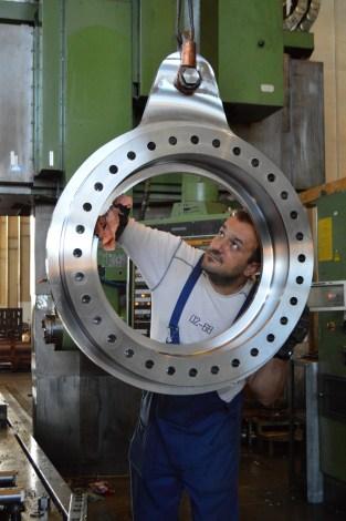 BRODOSPLIT Strojna obrada superduplex-a za projekt Mojsije - Portalna glodalica i obradni centar WALDRICH-COBURG 17-10FP175 CNC X7000 Y2100 Z2250, CNC Sinumerik 850M, 75 Kw - Izrada kruna za samopodesive ležajeve oko kojih se okreću 320-380 tona teška čelična vrata koja škverani grade za obranu Venecije od poplava