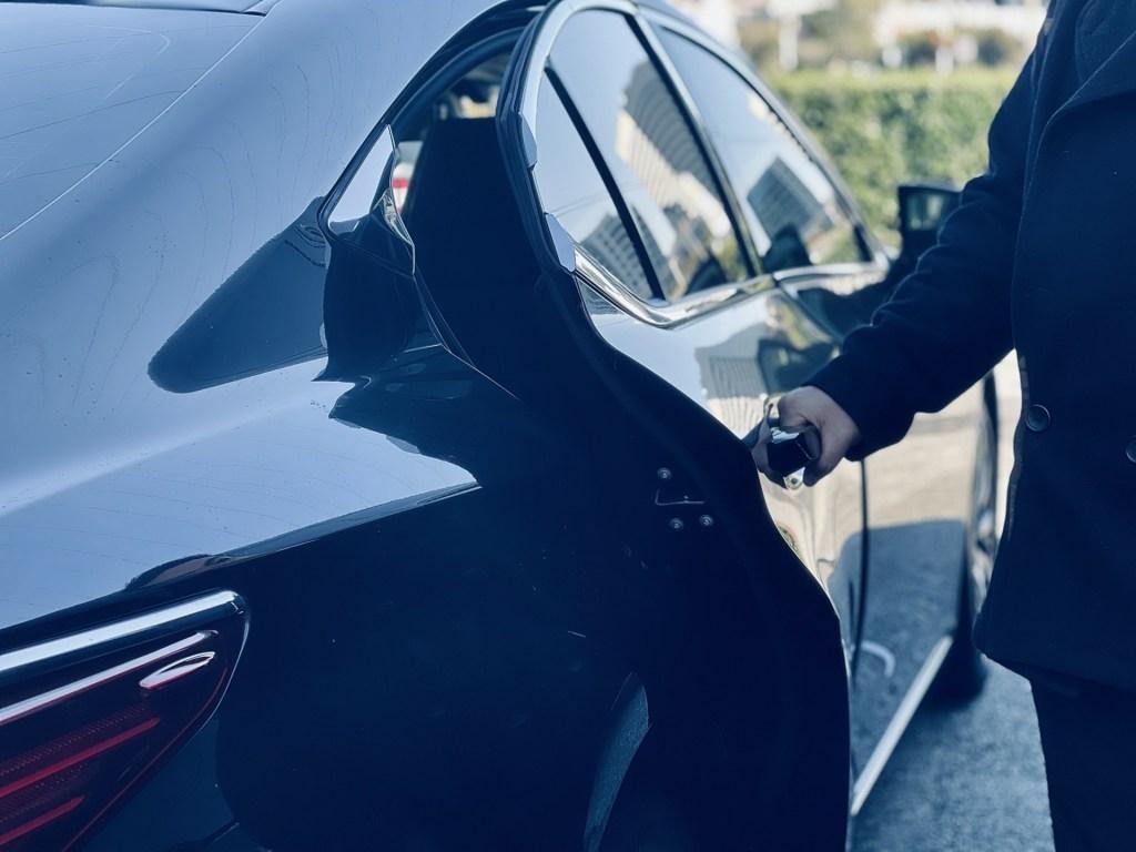 Chauffeur Service. Sky1 Limousine.