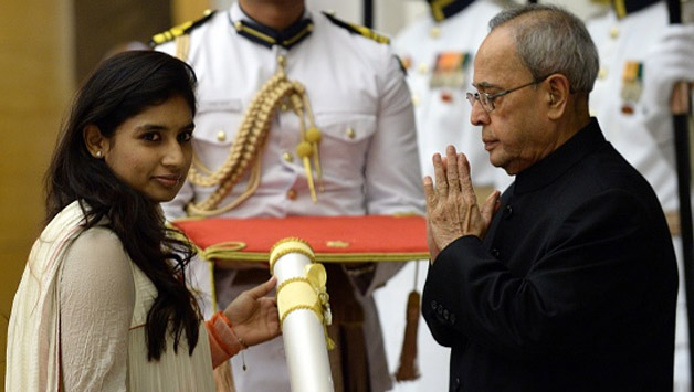 Indian-President-Pranab-Mukherjee-R-presents-the-Padma-Shri-Award-to-cricketer-Mithali-Raj