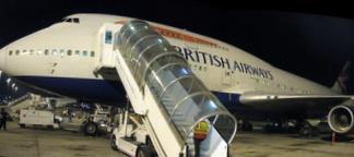 747 British Airways w Doha przygotowuje się do lotu do Bahrajnu i Londynu