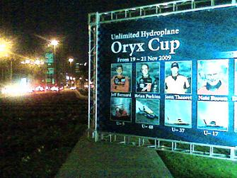 Chodnik zablokowany billboardem. Witamy w Katarze!